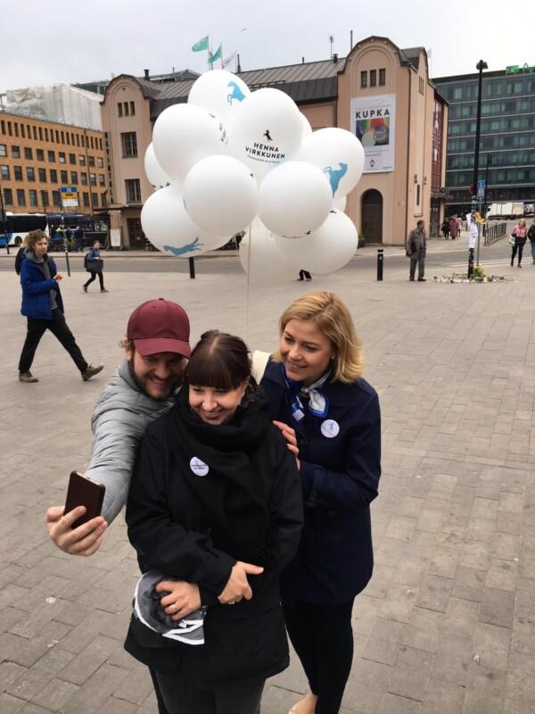 Anniina Iskanius, Henna Virkkunen ja Lasse Pipinen ottamassa selfietä Helsingissä Elielin aukiolla