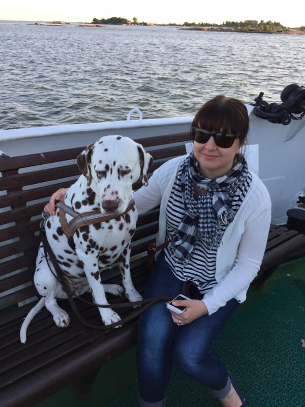 Kuntavaaliehdokas Anniina Iskanius koiran kanssa Suomenlinnan lautalla
